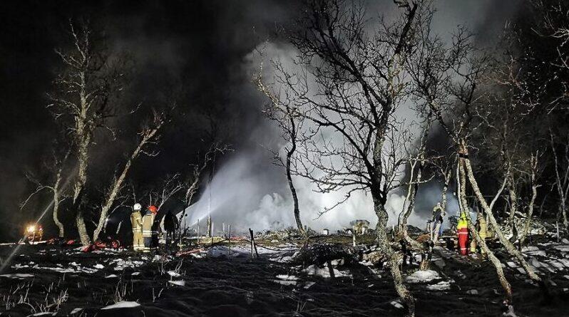 Fem savnet i brann